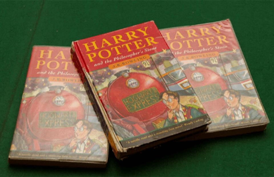Экземпляры первого издания романа «Гарри Поттер и философский камень» 1997 года