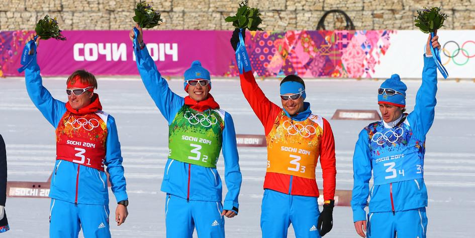 Российские лыжники Дмитрий Япаров, Александр Бессмертных, Александр Легков и Максим Вылегжанин, занявшие второе место в эстафете на Олимпиаде 2014 года в Сочи
