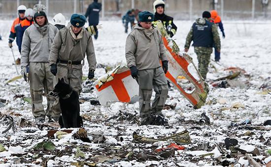 Сотрудники правоохранительных органов наместе крушения пассажирского самолета Boeing 737-800 авиакомпании flydubai