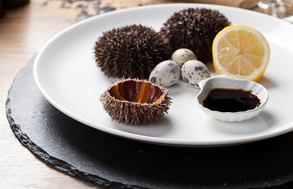 Морской еж с перепелиными яйцами