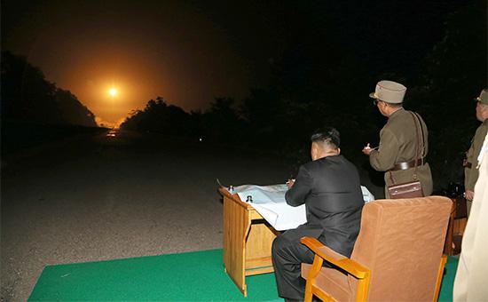 Лидер КНДР Ким Чен Ын наблюдает за пуском ракеты