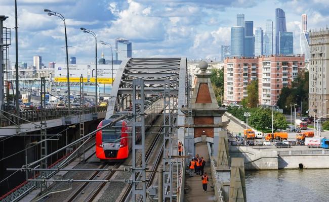 Пассажирский поезд едет поМосковскому центральному кольцу