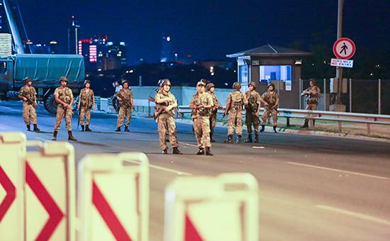 Турецкие военные на Босфорском мосту