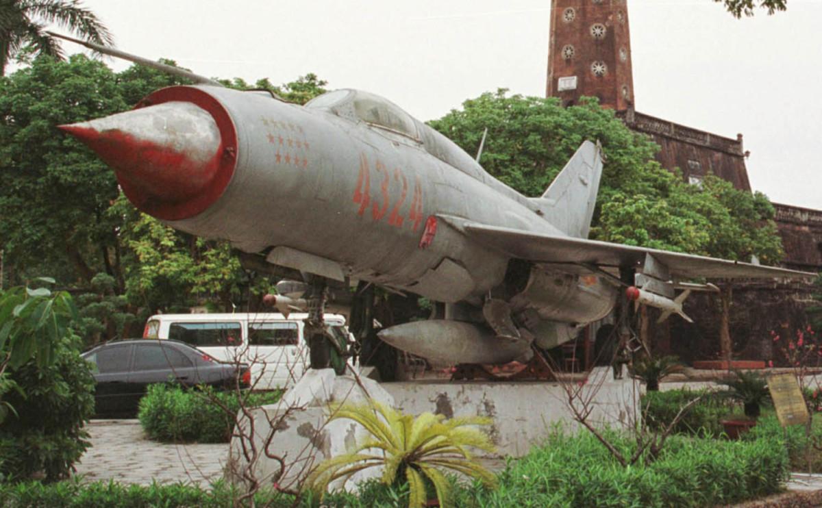 Памятник советскому самолету МиГ-21 в Ханое