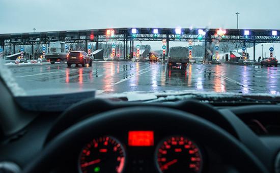 Автомобили на пункте оплаты проезда первого платного участка от МКАД до Солнечногорска