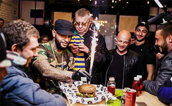 Рэпер Тимати (второй слева) взакусочной Black Star Burger