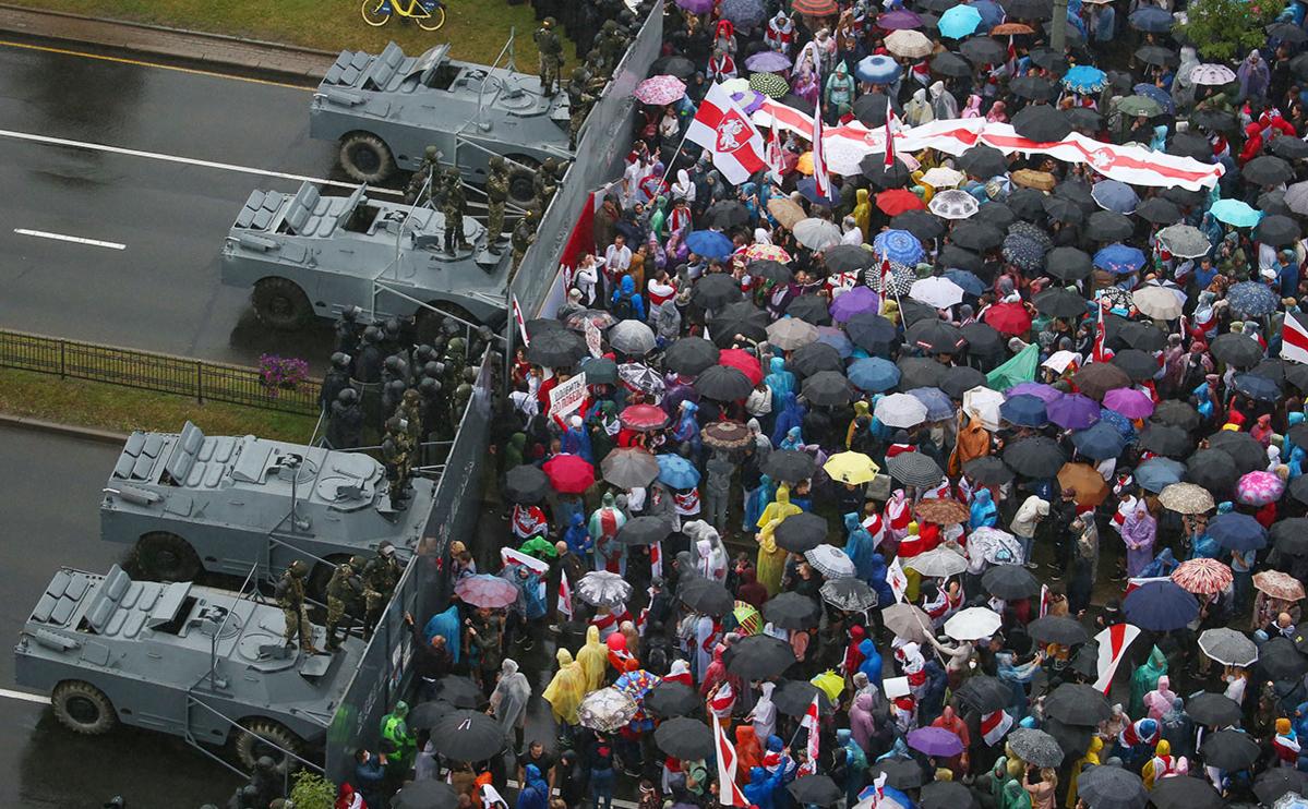 Участники акции «Марш единства» и сотрудники правоохранительных органов у Дворца Независимости