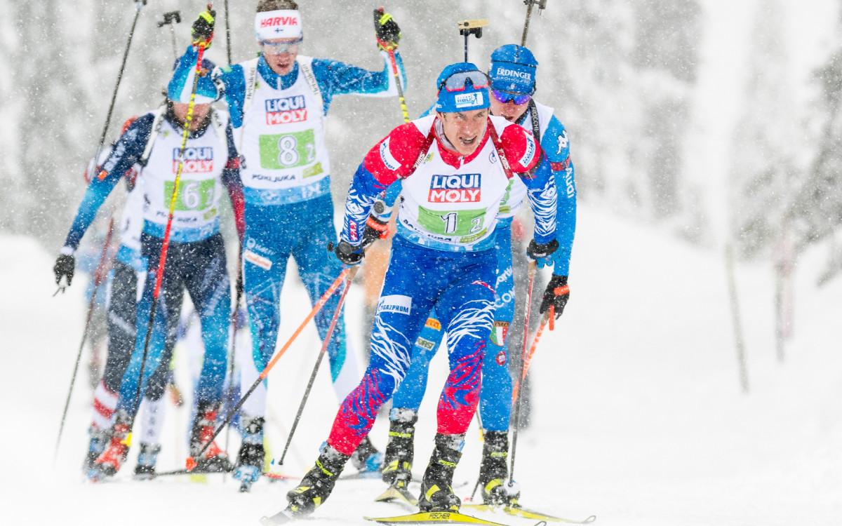 Российский биатлонист Эдуард Латыпов (на переднем плане) в ходе смешанной эстафеты на чемпионате мира