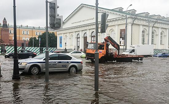 После дождя на улице Моховая в Москве, 22 июля 2016 года