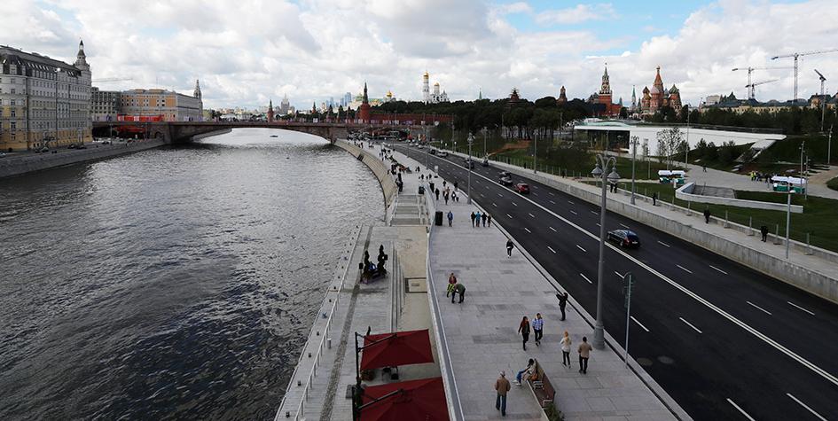 Вид на Москворецкую набережную с «парящего»моста в парке «Зарядье»