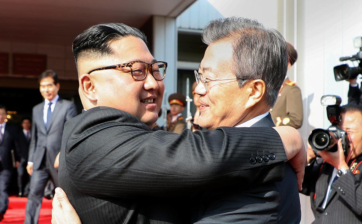 Ким Чен Ын (слева) иМун Чжеин