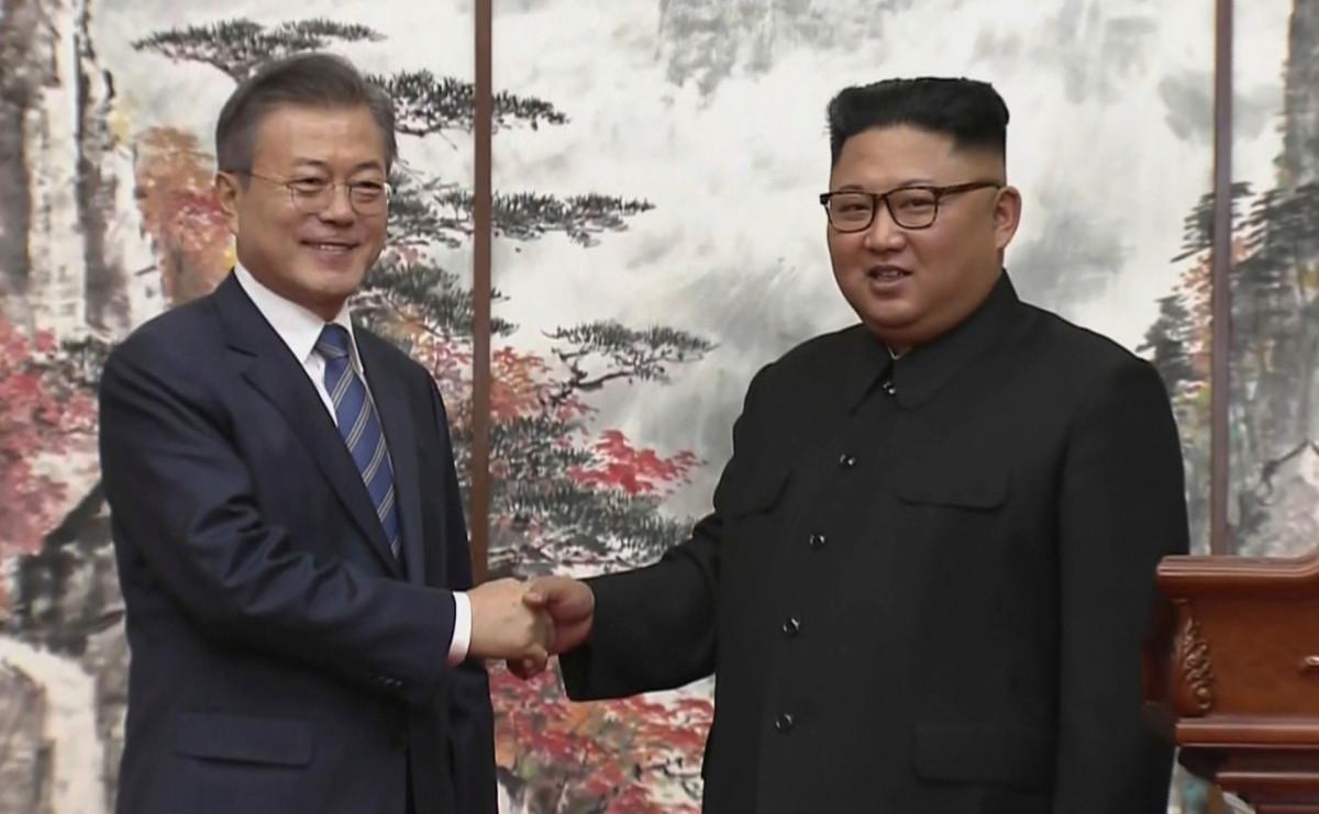Мун Чжэ Ин (слева) и Ким Чен Ын (справа)