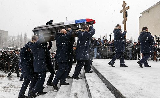 Военнослужащие Воздушно-космических сил России во время похорон героя России подполковника Олега Пешкова, погибшего в Сирии