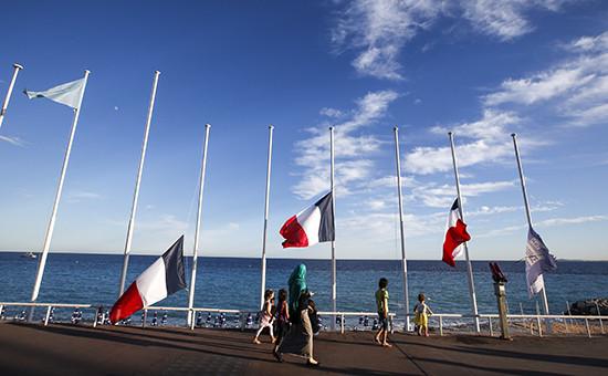 Приспущенные флаги в память о погибших после теракта в Ницце