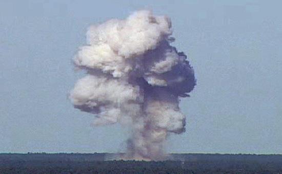 Взрыв бомбы GBU-43/Bво время испытаний во Флориде. 21 ноября 2003 года