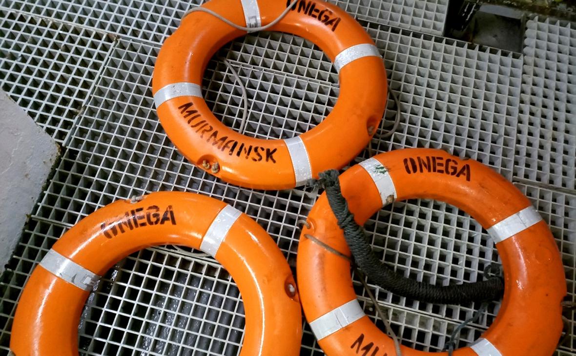 Спасательные круги с затонувшего рыболовного судна «Онега», обнаруженные в ходе поисковой операции в Баренцевом море