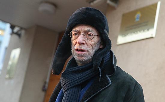 Поэт Лев Рубинштейн у здания СК РФ, куда он был вызван для официальной беседы в связи с расследованием хищения средств при организации фестиваля «Книги в парках»