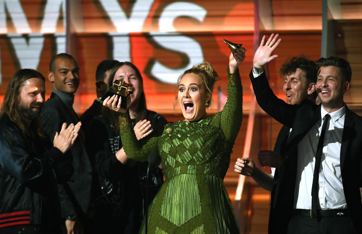В 2017 году Адель случайно разломала статуэтку «Грэмми» за альбом года и предложила разделить ее с Бейонсе, чей альбом «Lemonade» посчитала более достойным победы
