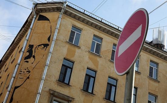 Портрет Хармса на фасаде дома 11 по улице Маяковского