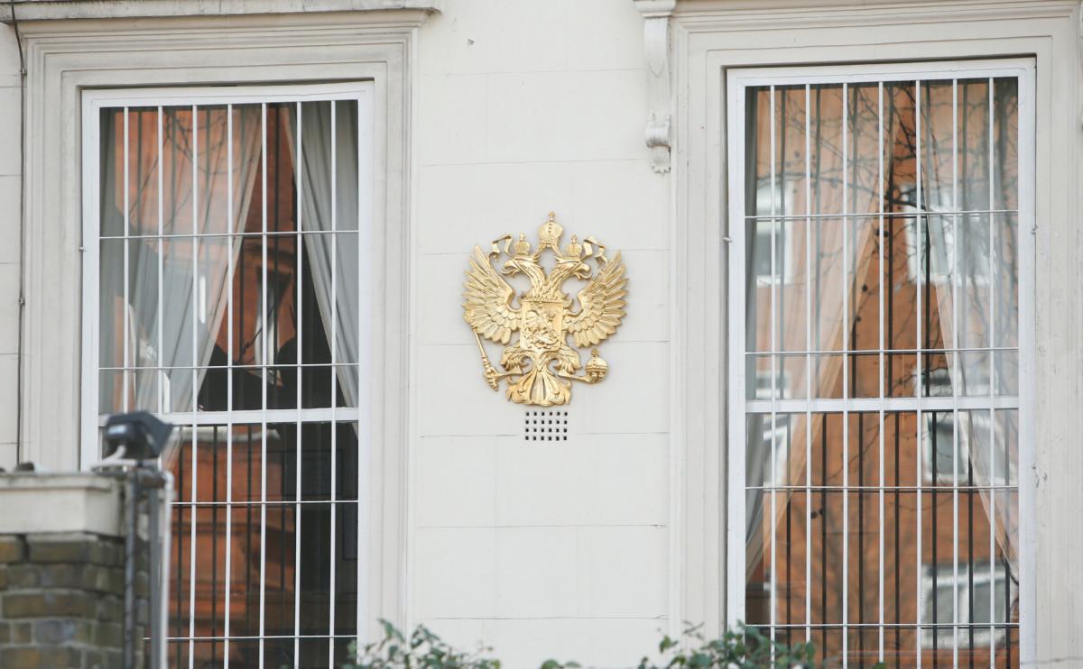 Герб России на стене посольства в Лондоне