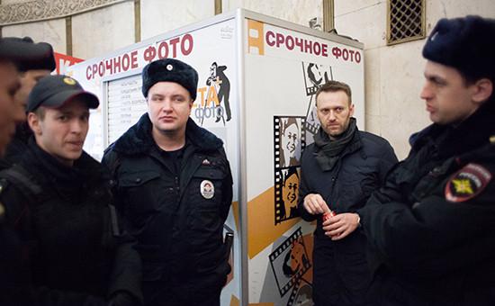 Оппозиционер Алексей Навальный (второй справа) во время задержания на станции метро «Краснопресненская»