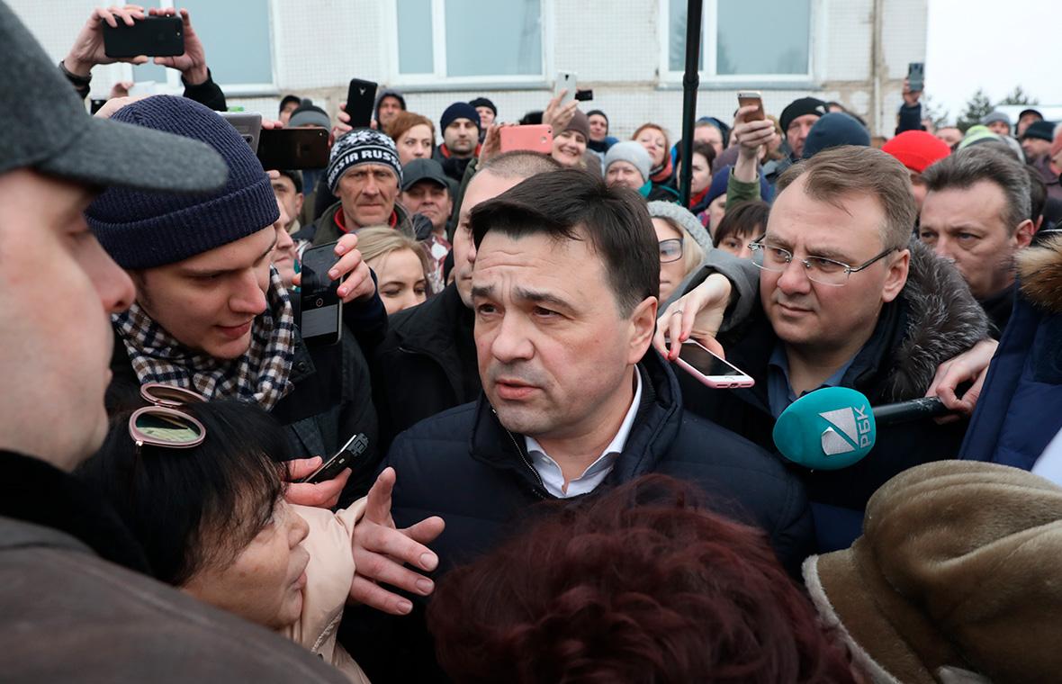 Андрей Воробьев (в центре) у Волоколамской центральной районной больницы.21 марта 2018 года