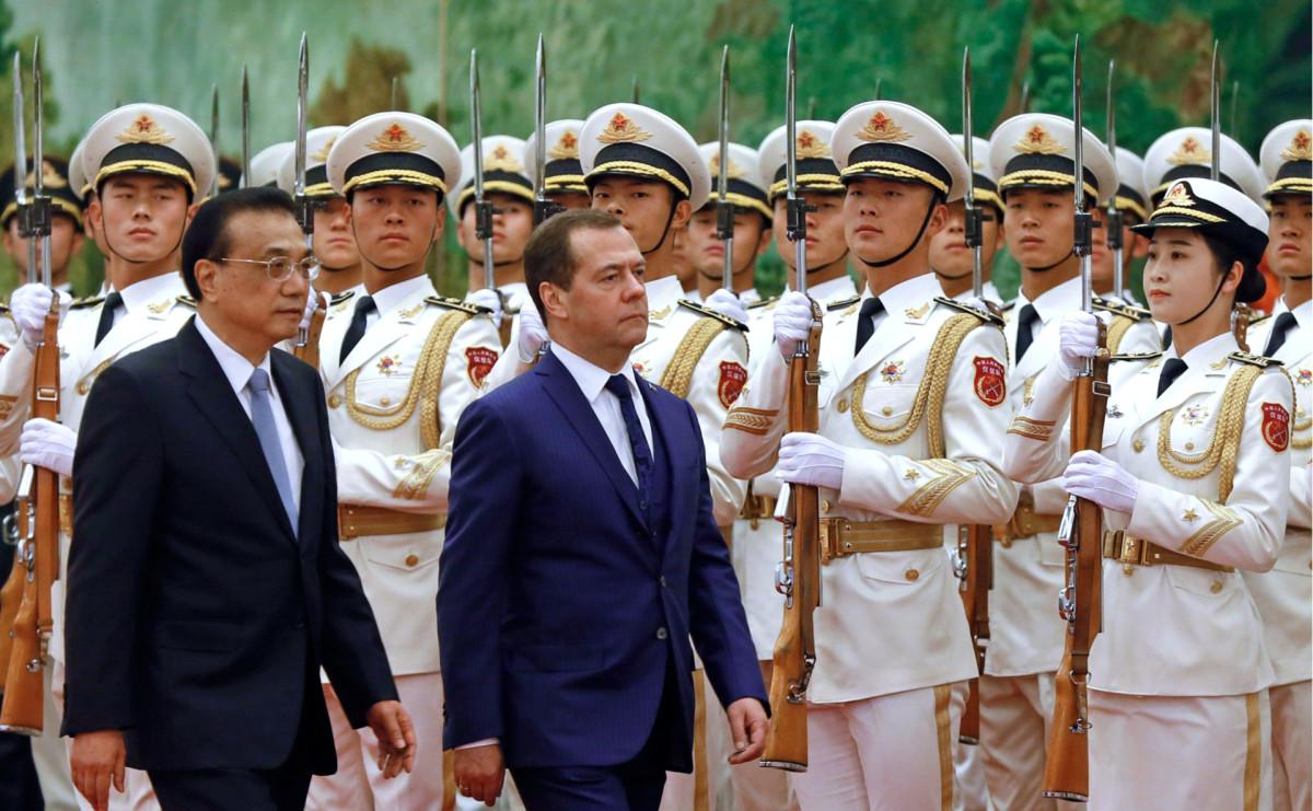 Дмитрий Медведев(в центре) и премьер Государственного совета КНР Ли Кэцян (слева)
