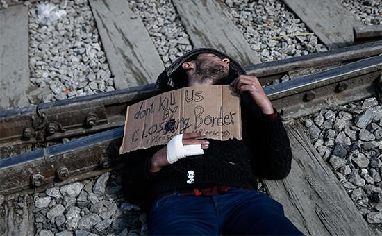 Сирийский мигрант в Греции протестует против закрытия границ
