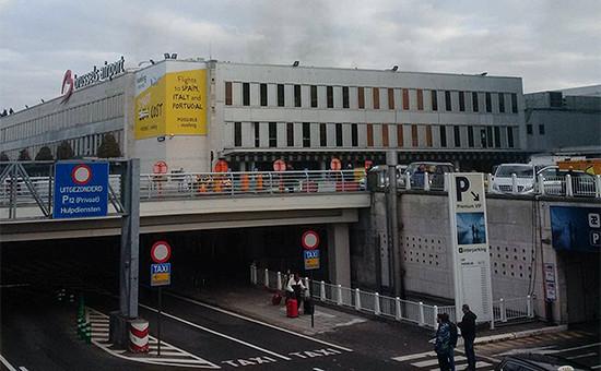 Аэропорт Брюсселя, над которым виден дым