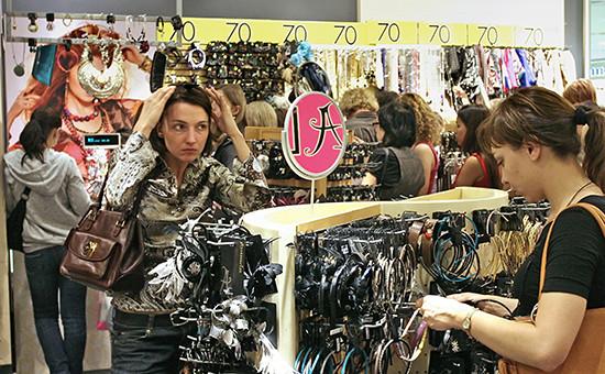 Покупательницы в магазине Accessorize