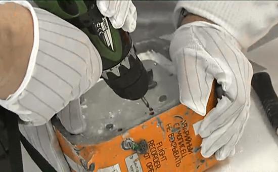Трансляция излаборатории вМеждународном авиационном комитете процедуры вскрытия «черного ящика» самолета Су-24М, сбитого 24 ноября 2015 года надСирией