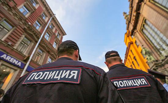 Полицейские наодной изулиц Санкт-Петербурга
