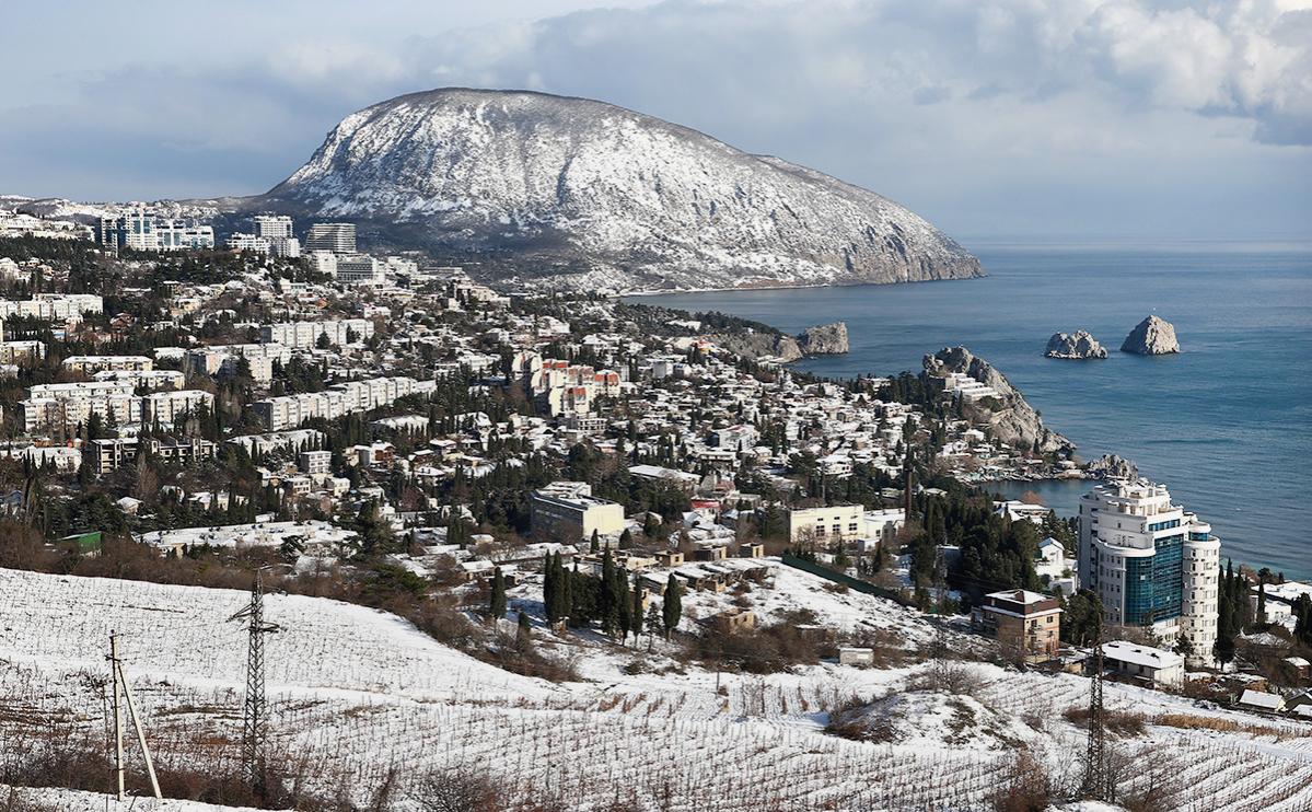 Вид на заснеженный город Гурзуф, виноградники и гору Аю-Даг в Крыму