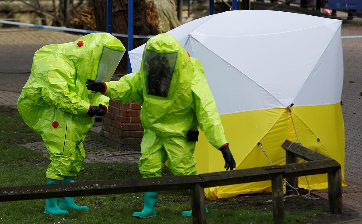 Группа криминалистов на месте обнаружения Сергея Скрипаля