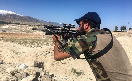 Афганский солдат недалеко от места взрывабомбы GBU-43/B