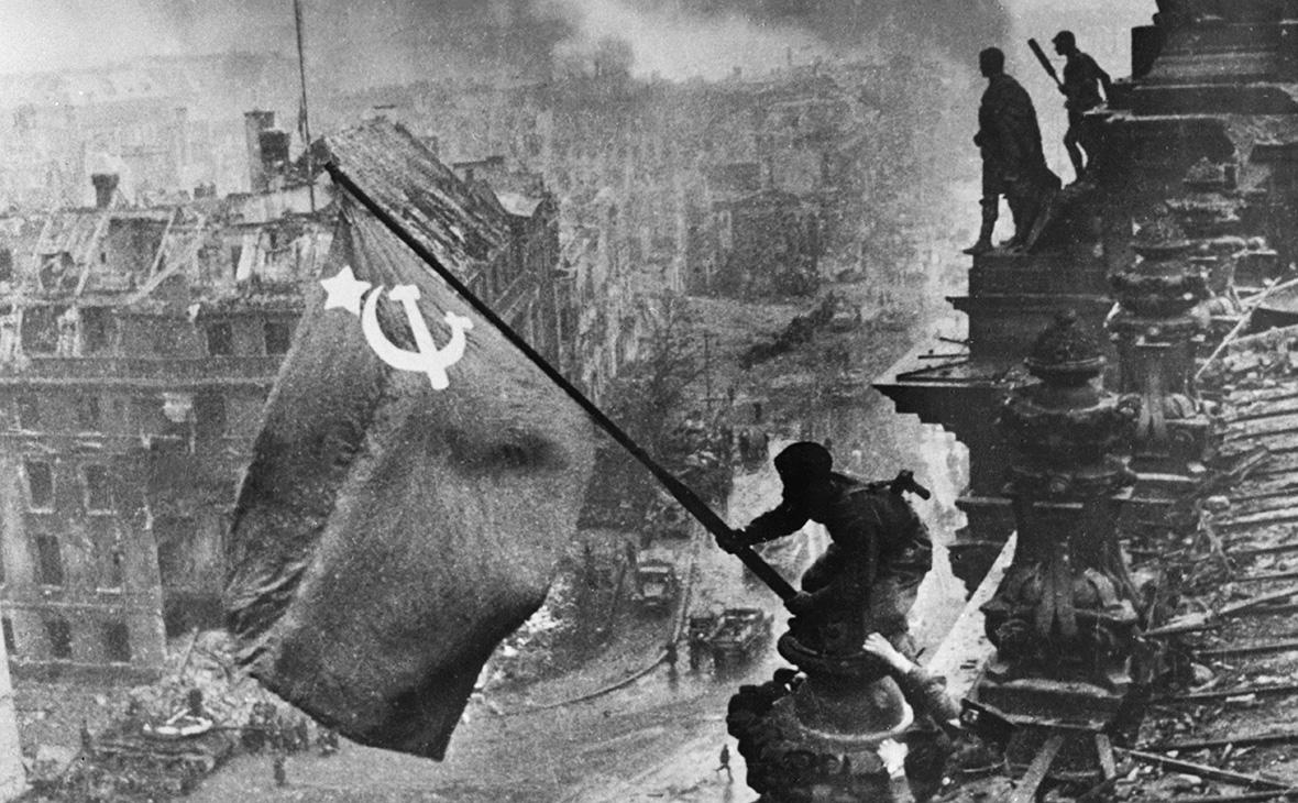 Советские солдаты водружают знамя Победы на крыше здания Рейхстага после взятия Берлина в ходе Второй мировой войны