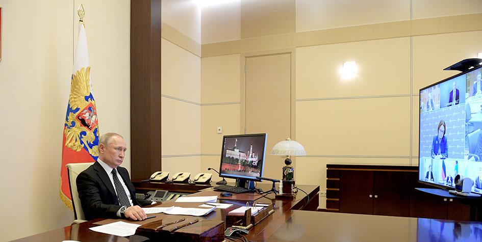 Президент России Владимир Путин в Ново-Огарево во время совещания по вопросам развития строительной отрасли в режиме видеоконференции