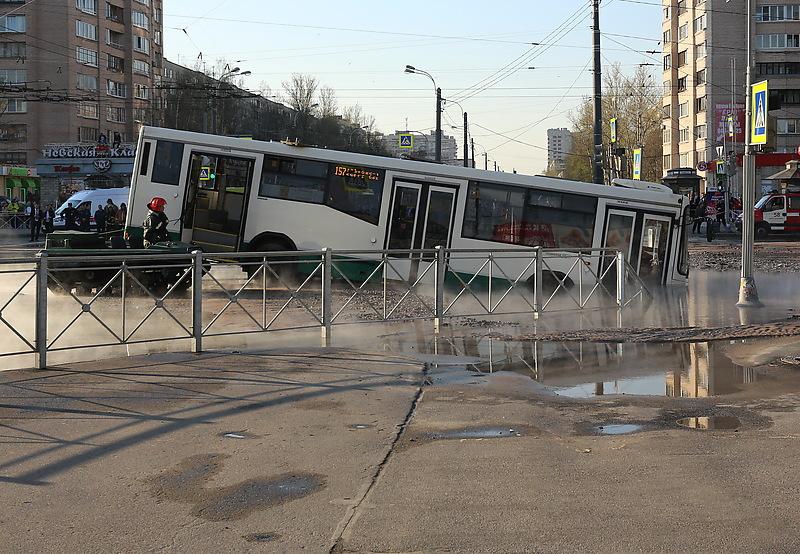 Автобус с пассажирами провалился в яму с кипятком на перекрестке улиц Будапештской и Димитрова во Фрунзенском районе