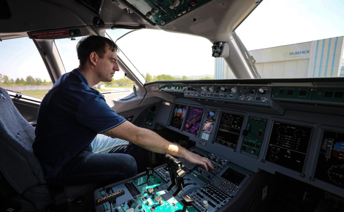 Кабина пилота в самолете Sukhoi Superjet-100