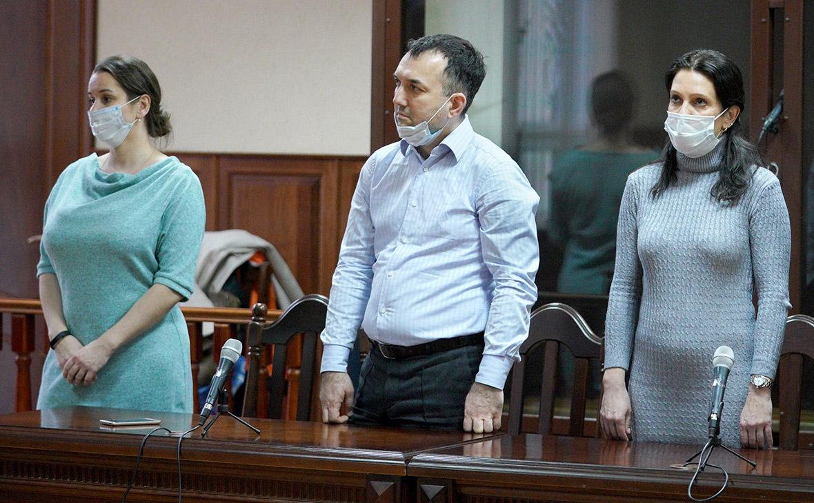 Элина Сушкевич,Елена Белая (слева направо) и адвокат Камиль Бабасов (в центре)