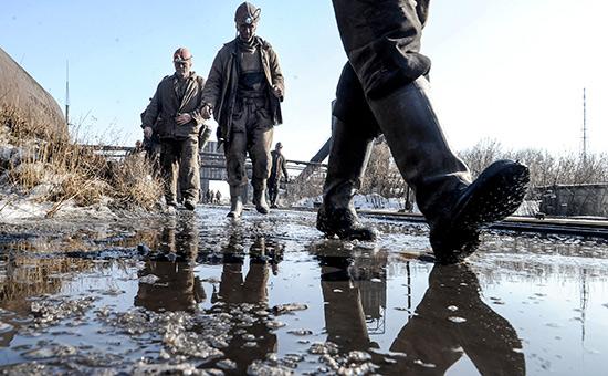 Горняки на территории шахты в Донецкой области