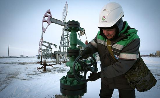 Рабочий на нефтяном месторождении, принадлежащем компании «Башнефть»
