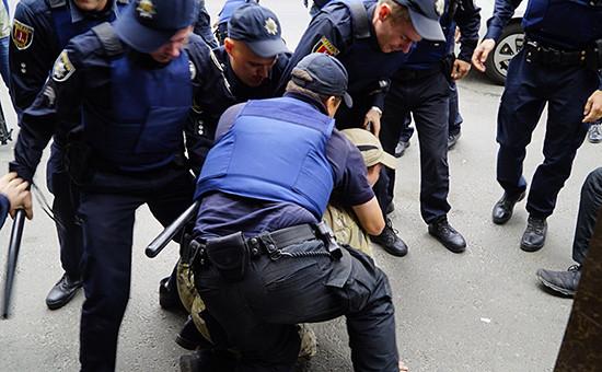 Во время столкновения представителей украинских националистических организаций исотрудников полиции у здания генерального консульства России вОдессе. 18 сентября 2016 года