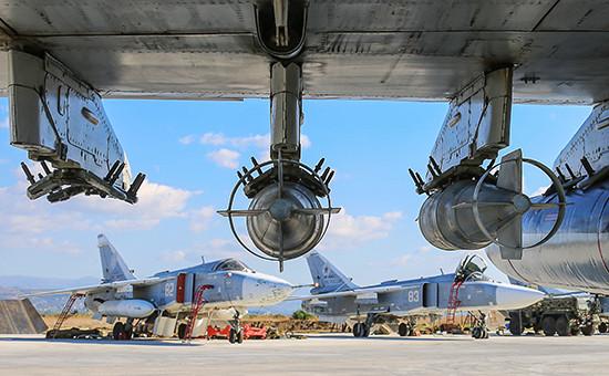 Российские фронтовые бомбардировщики Су-24М нааэродроме Хмеймим передвылетом набоевое задание