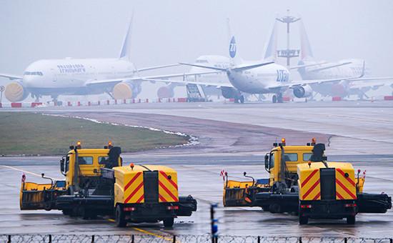 Снегоуборочная техника на территории аэропорта Внуково, где разбился самолет Falcon