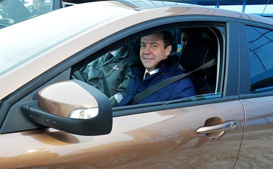 Премьер-министр РФ Дмитрий Медведевза рулем автомобиляLadaXray во время рабочей поездки в Тольятти