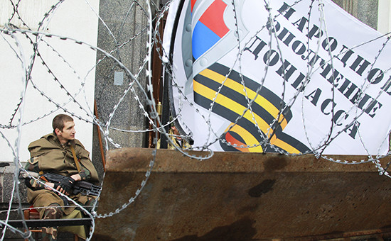 Боец народного ополчения у здания областной администрации в Луганске, архив