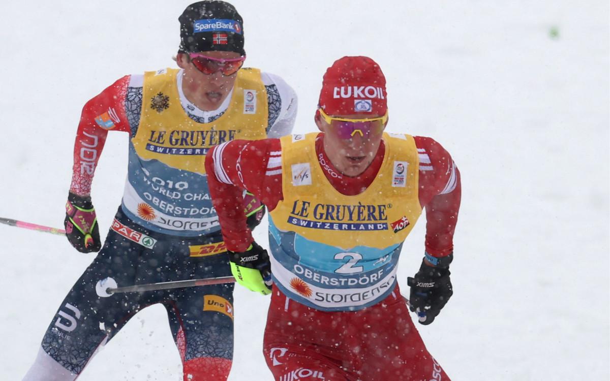 Александр Большунов (справа) против Йоханнеса Клэбо на финише эстафеты