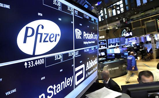 Логотип компании Pfizer на мониторе Нью-Йоркской фондовой биржи