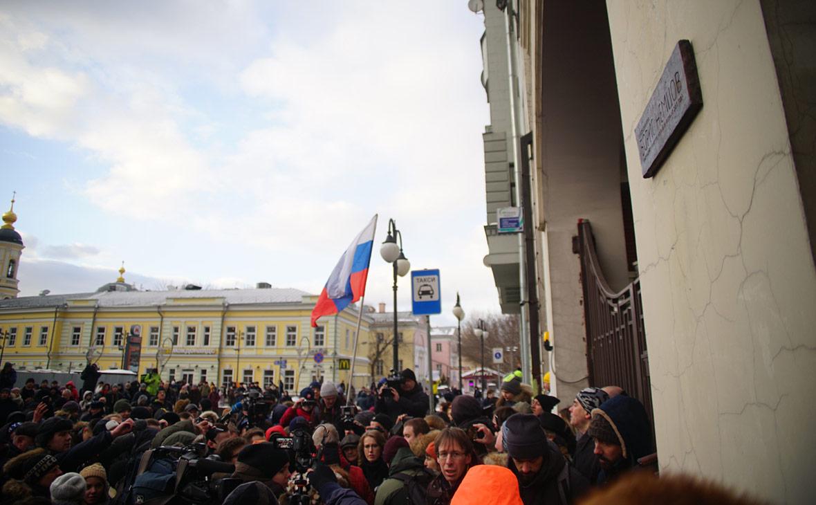 Церемония открытия мемориальной таблички на доме убитого политика Бориса Немцова